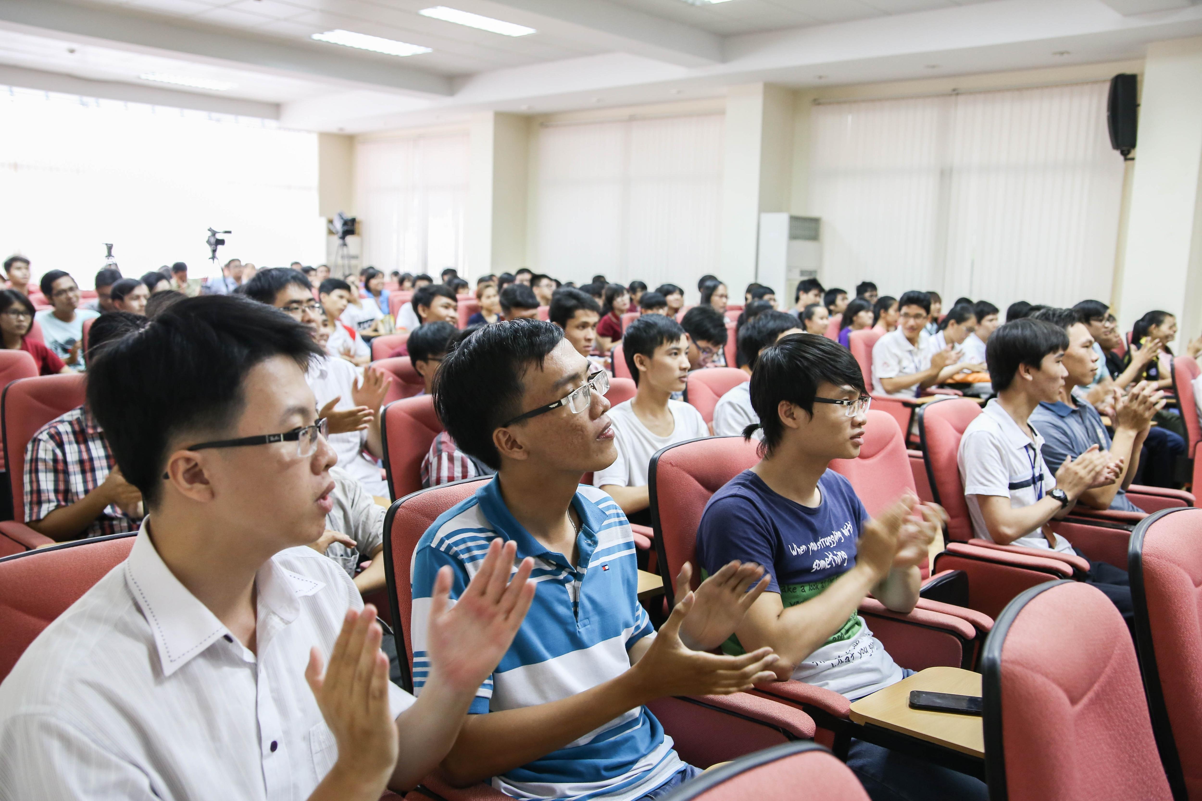 Sinh viên hào hứng trong buổi giao lưu phát động Giải thưởng Nhân tài Đất Việt năm nay