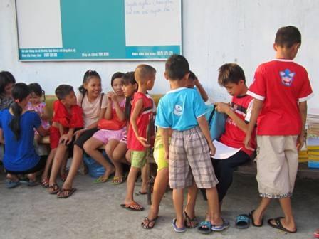 Gần 17 giờ các em đã tập trung đông đủ trước sân nhà thầy Hùng để chuẩn bị vào lớp.