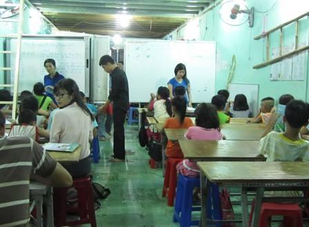 Không gian căn nhà nhỏ được ngăn thành nhiều lớp cho các em ở độ tuổi khác nhau.