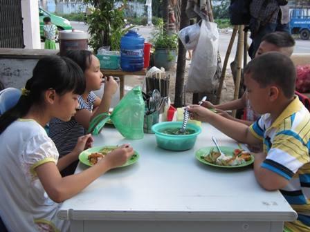 Ở lớp học này, thầy Hùng còn phục vụ 1 buổi ăn chiều để các em không phải mang bụng đói vào lớp.