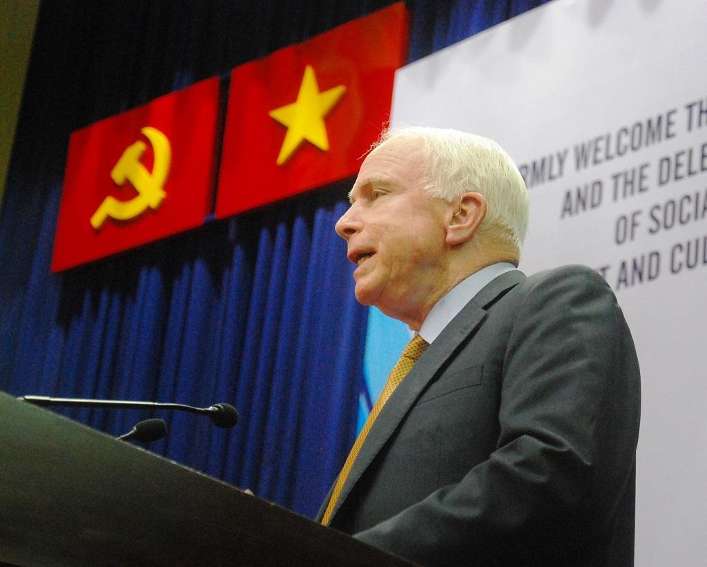 Ông McCain phát biểu trước đông đảo sinh viên