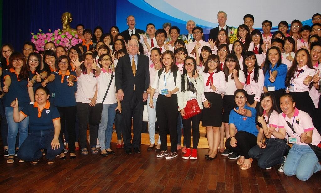 Đoàn Thượng nghị sỹ Mỹ chụp ảnh lưu niệm với sinh viên
