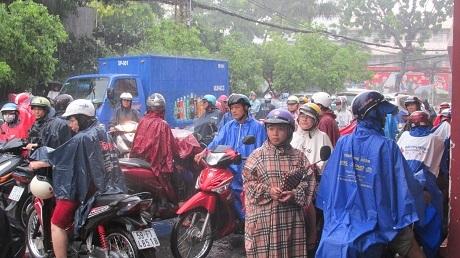 Cơn mưa lớn ập xuống ngay trước thời điểm thí sinh thi xong môn Toán