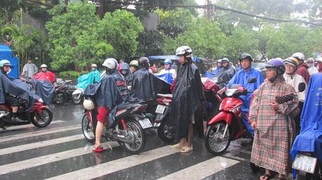Sài Gòn vào mùa mưa nên hầu như phụ huynh đều có chuẩn bị sẵn áo mưa