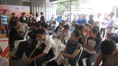 Dù được bố trí sẵn ghế nhưng thí sinh đổ về quá đông nên nhiều bạn đành phải đứng chờ