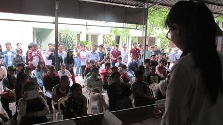 Từ sáng sớm đã đông nghịt thí sinh đến đăng ký lấy giấy báo dự thi
