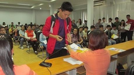 Thí sinh tự do đến Cơ quan đại diện Bộ GD-ĐT tại TPHCM nhận giấy báo dự thi.