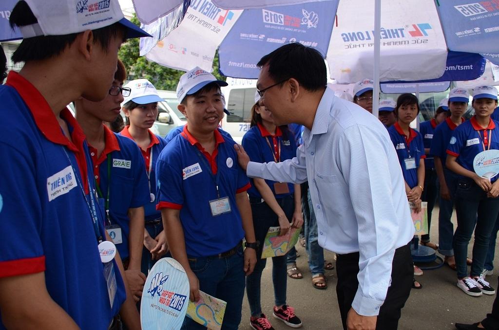 Anh Lâm Đình Thắng - Chủ tịch Hội sinh viên TPHCM động viên khích lệ tinh thần các sinh viên TSMT