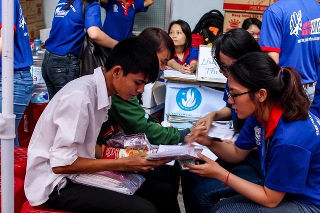 TPHCM: Thí sinh tấp nập về dự kỳ thi THPT quốc gia 2015