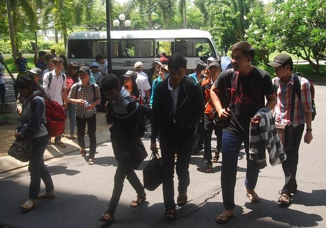 Nụ cười của sinh viên tình nguyện khi hỗ trợ thí sinh từ xa đến. (Ảnh: Lê Phương)