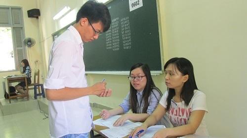 Một thí sinh chỉnh sửa sai sót trên giấy báo tại điểm thi của trường ĐH Sài Gòn.