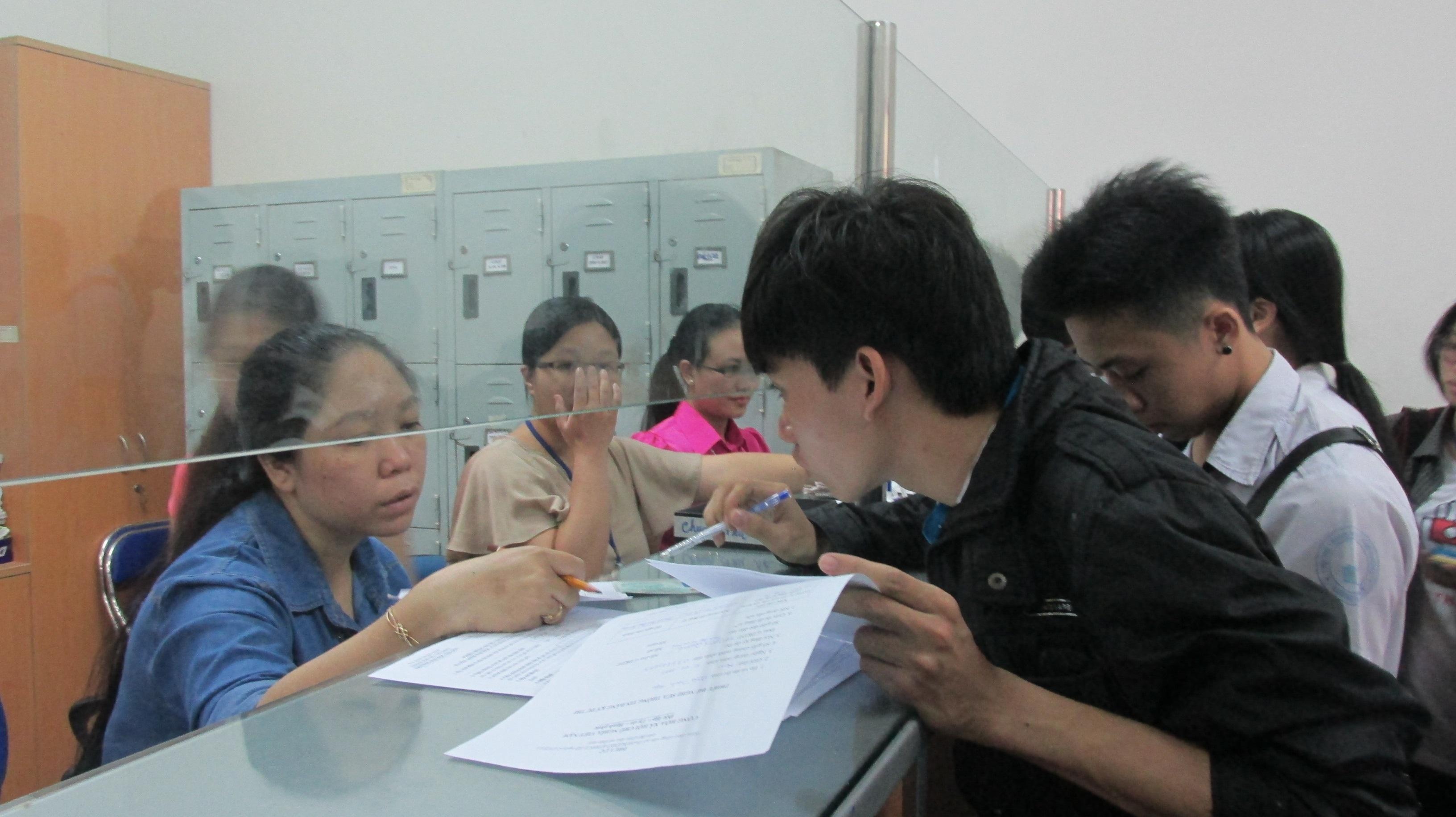 Một thí sinh đến báo chỉnh sửa thông tin trên giấy báo dự thi (ảnh Lê Phương)