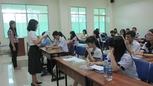 Thí sinh được nghe phổ biến quy chế tại điểm thi ngay trường ĐH Sư Phạm TPHCM.