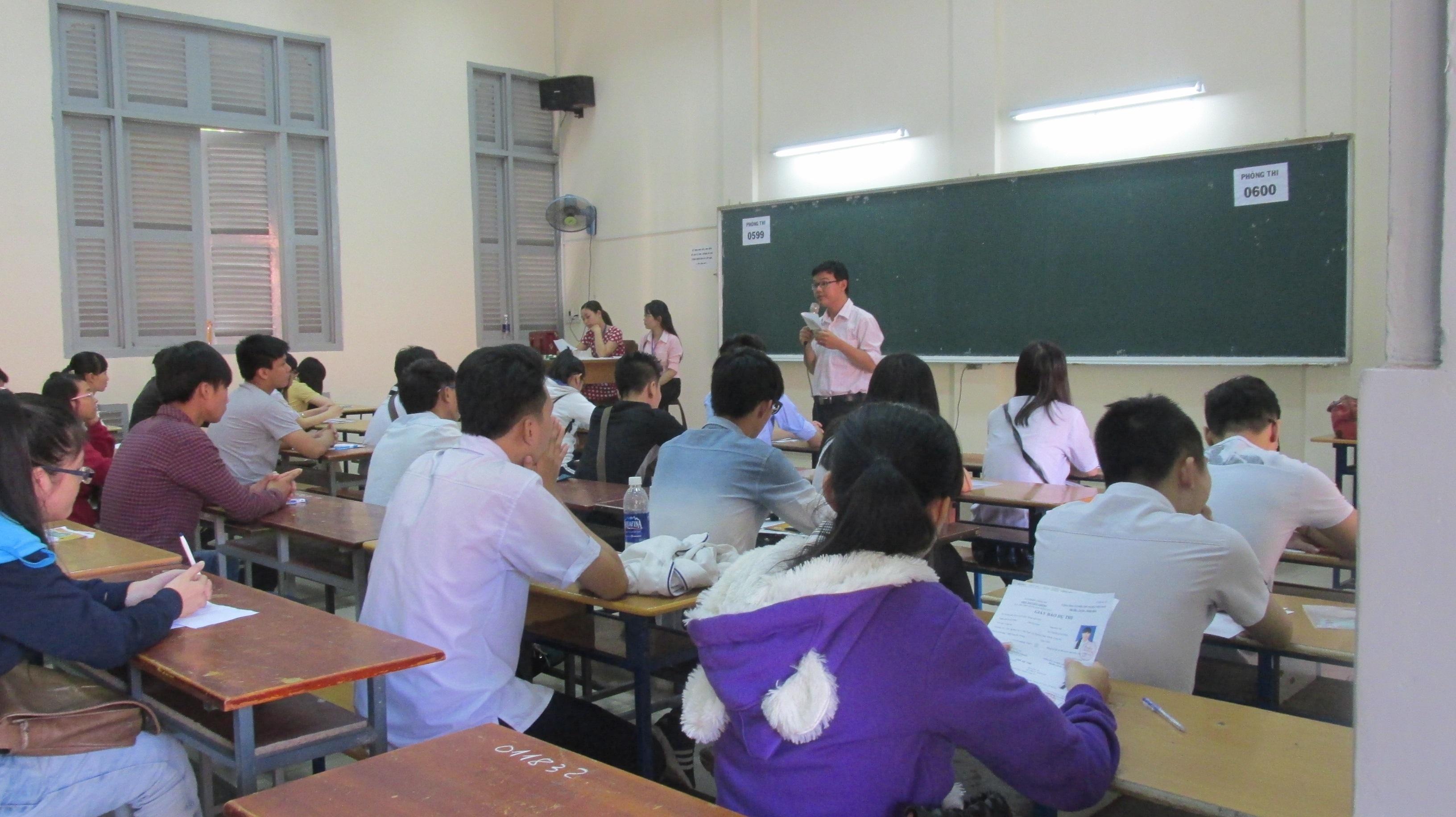 Thí sinh làm thủ tục dự thi tại trường ĐH Sài Gòn (ảnh Lê Phương)