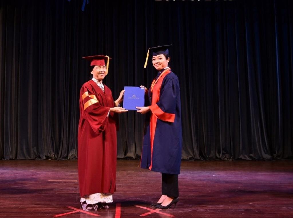 Hiệu trưởng Trường ĐH Hoa Sen, TS.Bùi Trân Phượng trao bằng tốt nghiệp cho một tân khoa.