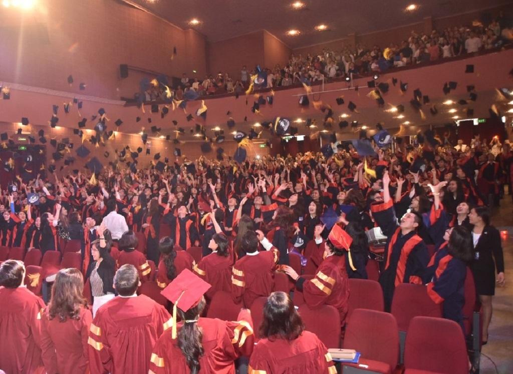 Các tân khoa với nghi thức tung mũ sau lễ tốt nghiệp.