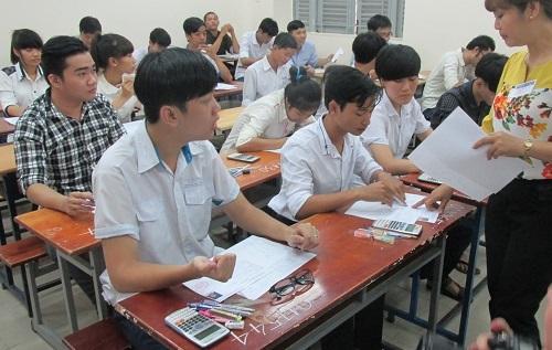 Một phòng thi tại cụm thi ĐH Sài Gòn bố trí thí sinh ngồi khá sát nhau