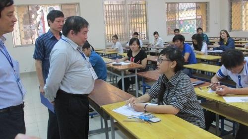 Thứ trưởng Bùi Văn Ga hỏi thăm và động viên thí sinh