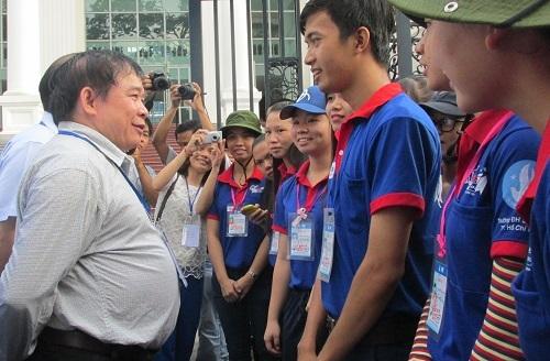 Thứ trưởng Ga cũng hỏi thăm các sinh viên tình nguyện trường ĐH Sư phạm TPHCM