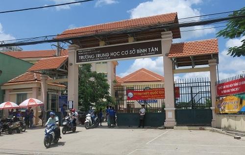 Điểm thi THCS Bình Tân nơi sáng nay những thí sinh bị đình chỉ quay lại đòi được thi.