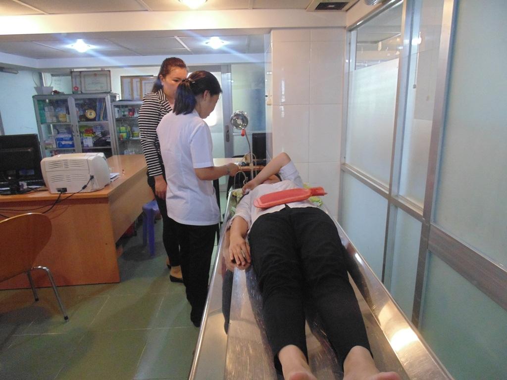 Thí sinh Đặng Sơn Thùy bị đau bụng được cấp cứu kịp thời tại trạm y tế trường ĐH công nghiệp TPHCM