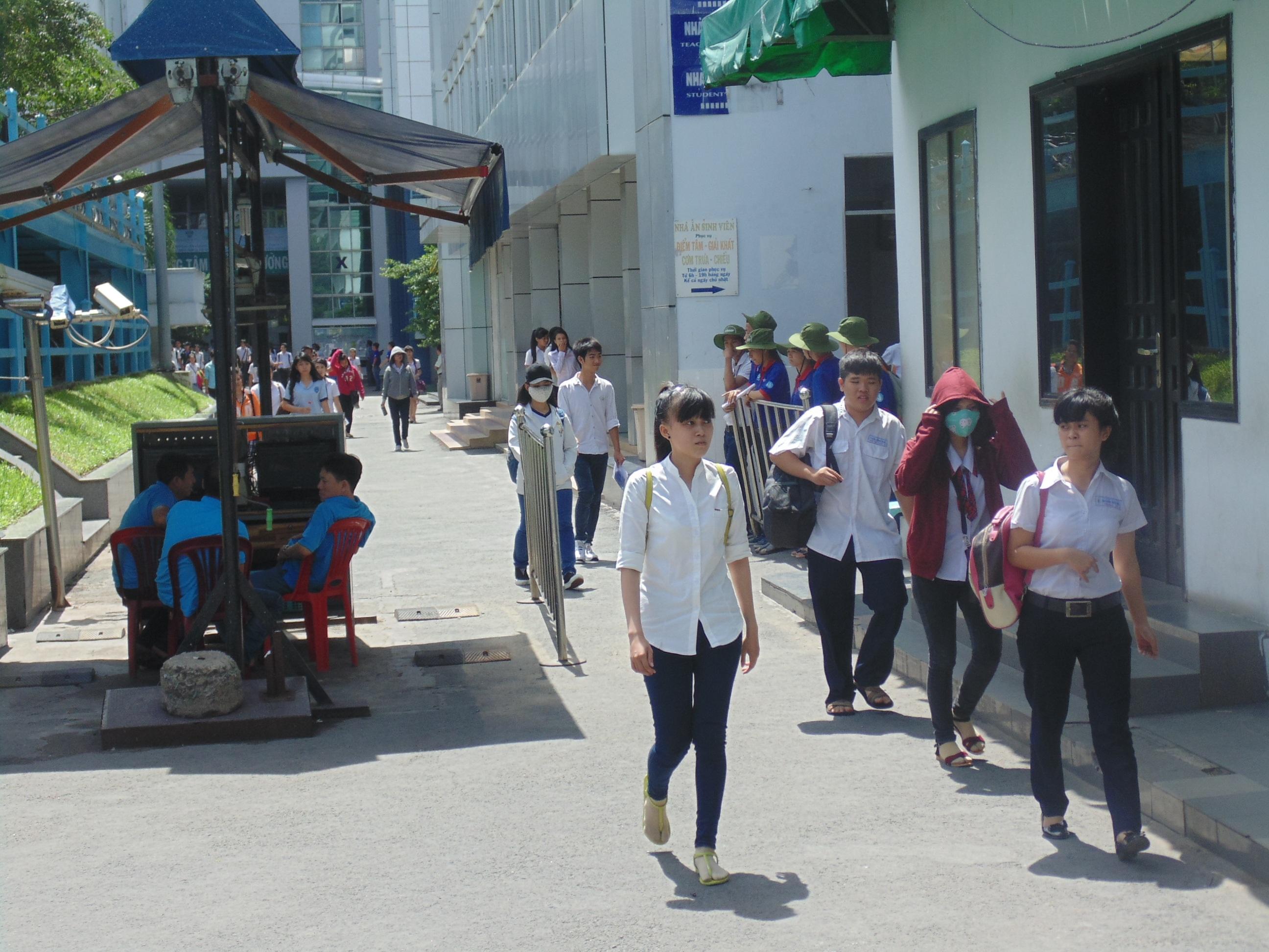 Thí sinh thi xong môn Toán tại cụm thi trường ĐH Công nghiệp TPHCM (ảnh Xuân Duy)