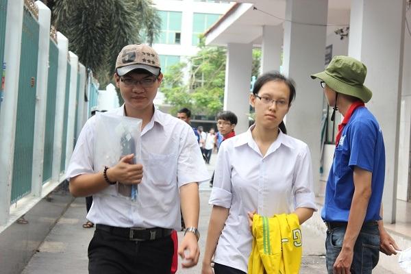 Những thí sinh ra khỏi phòng thi đầu tại cụm thi ĐH Công nghiệp TPHCM