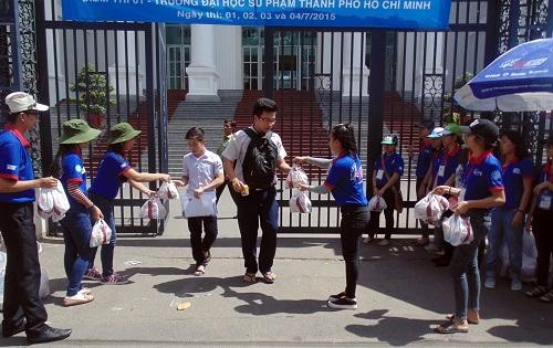 Ngay khi ra khỏi phòng thi, thí sinh được sinh viên tình nguyện tặng bánh và nước uống