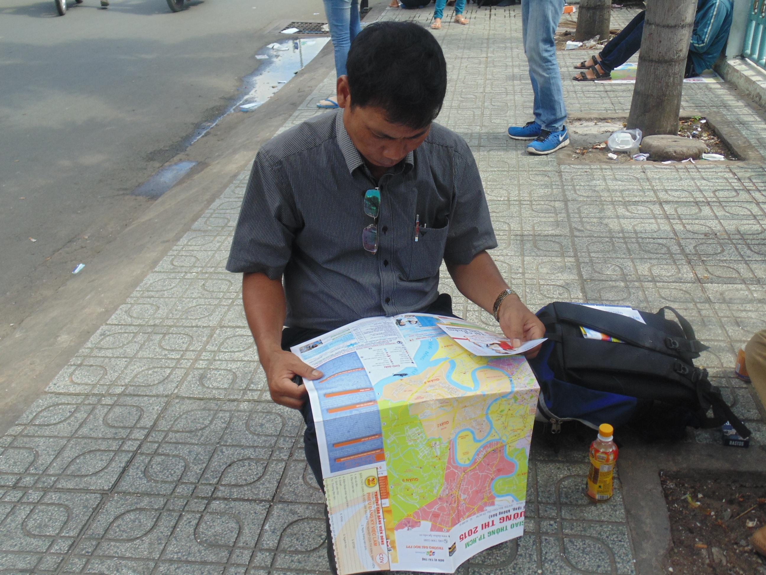 Ông bố này đang tra cứu đồ TPHCM để tìm ra đường ngắn nhất từ nhà trọ tới điểm thi.
