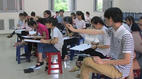 Thí sinh tại một phòng thi môn vẽ ở ĐH Sài Gòn