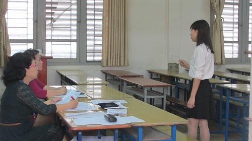 Hai giám khảo đang theo dõi kỹ phần thi kể chuyện của một thí sinh
