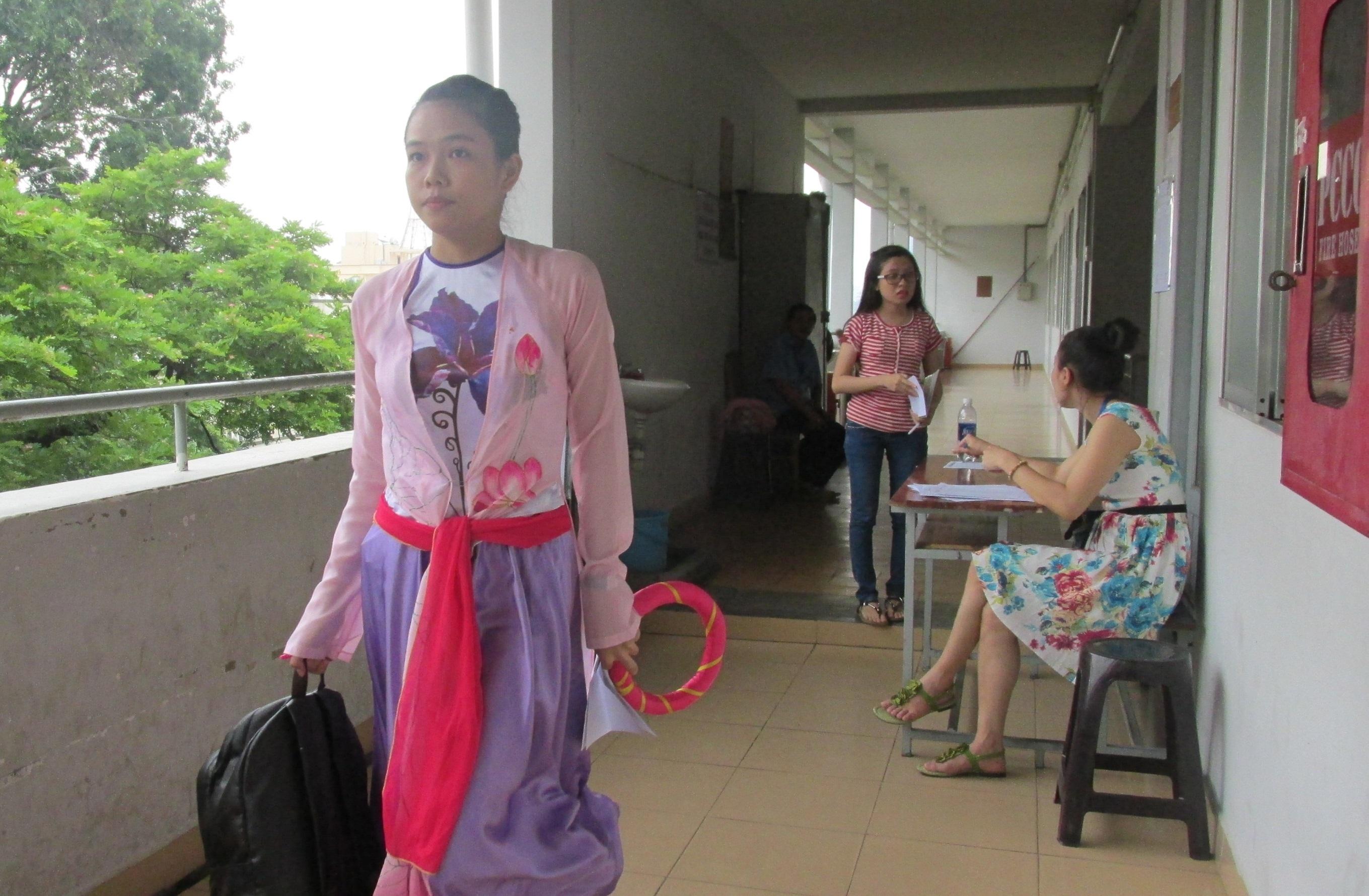 Xúng xính trong trang phục đẹp để có ấn tượng tốt với giám khảo