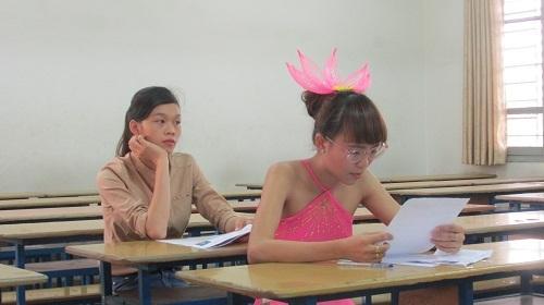 Đọc lại đề bài đọc diễn cảm trong lúc chờ tới lượt thi