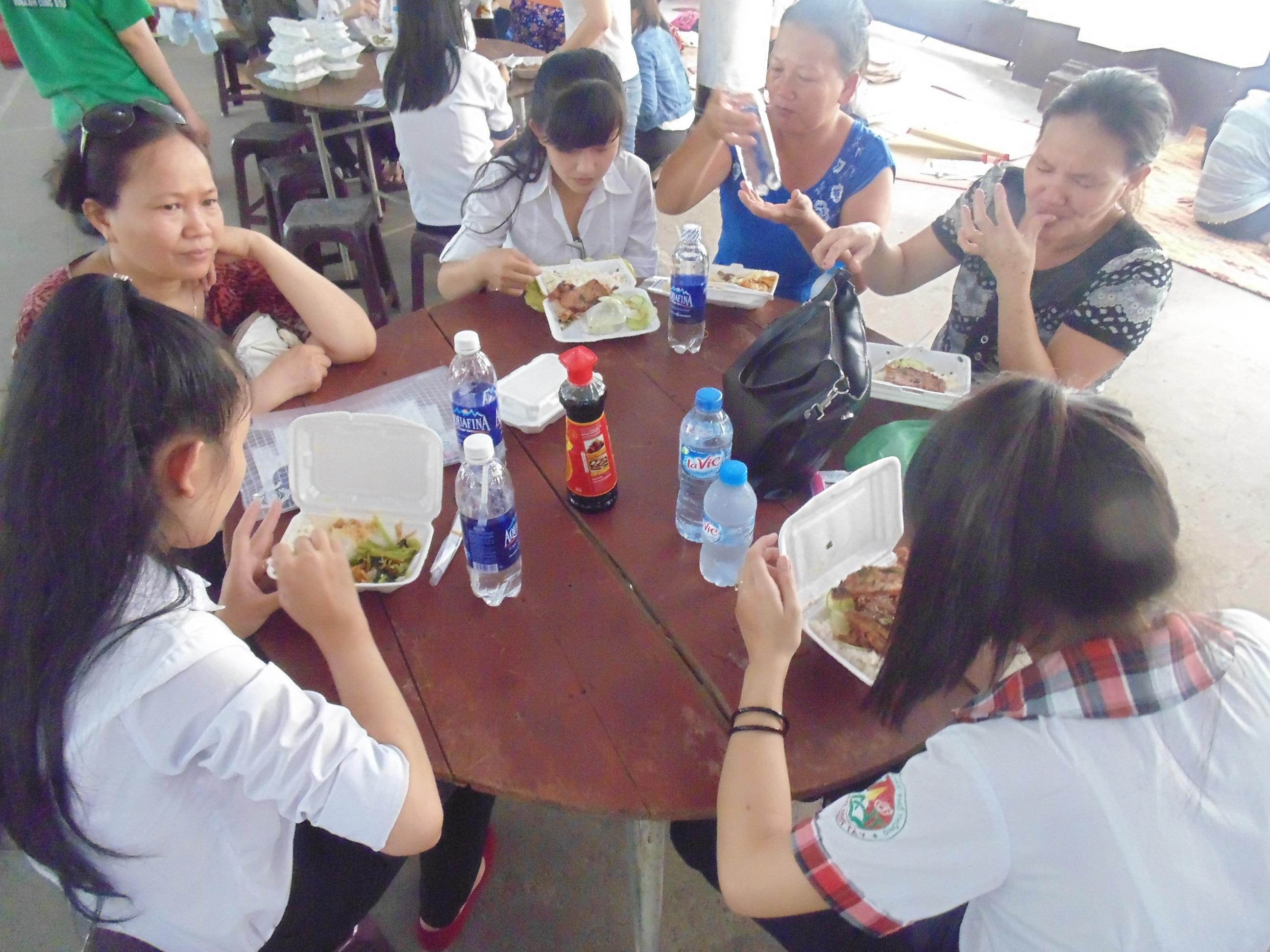 Phụ huynh, học sinh ăn phần cơm mình được phát miễn phí