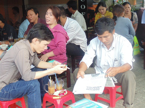 Một số người chọn quán cà phê để tráng nắng và chờ con