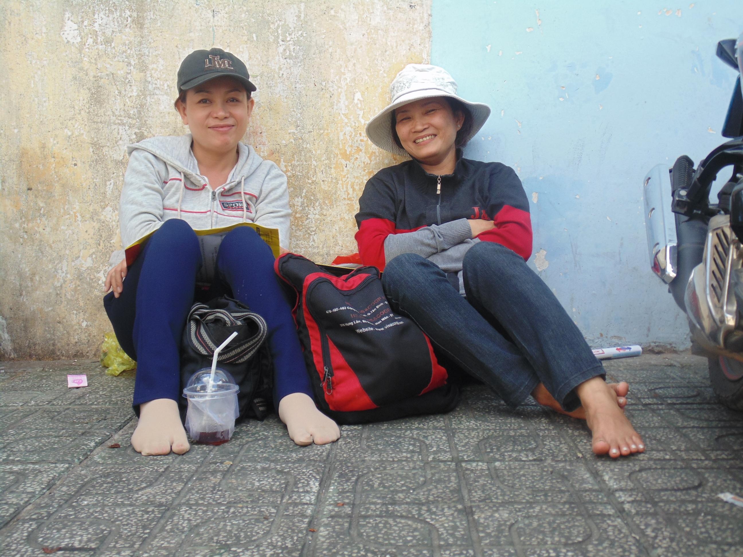 Nụ cười đầy hy vọng của những bà mẹ có con dự thi.