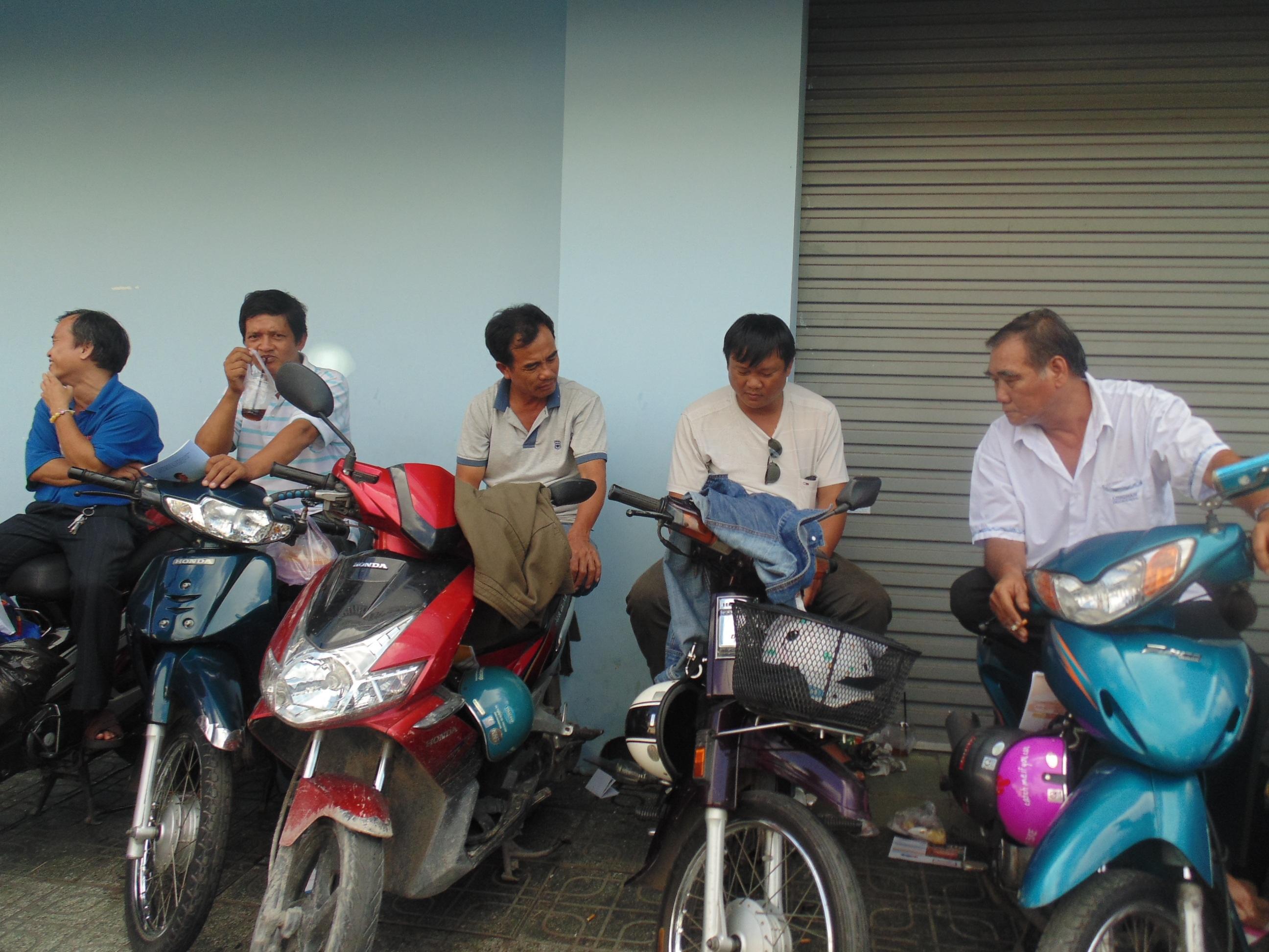 Xe máy trở thành chiếc ghế lý tưởng với các ông bố.