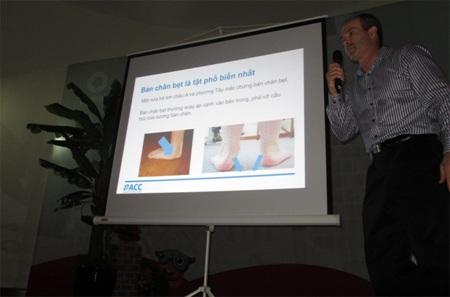 """Bác sỹ Wade Brackenbury tại hội thảo """"Tật bàn chân bẹt ở trẻ"""""""