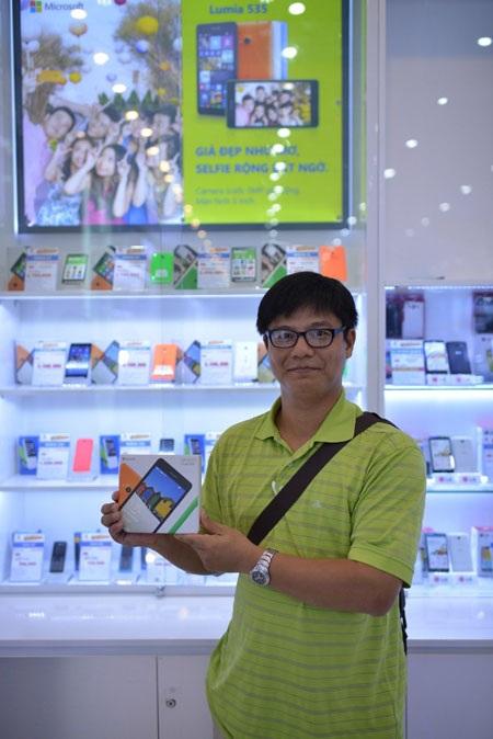 Gương mặt phấn khởi của những người may mắn nhất khi được chọn mua Lumia 535 giá 535.000 đồng.