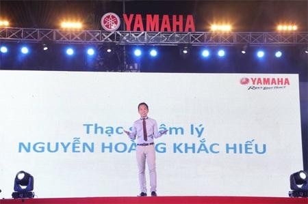 """Thầy giáo hotboy Nguyễn Hoàng Khắc Hiếu """"hút hồn"""" các bạn trẻ trong phần giao lưu."""