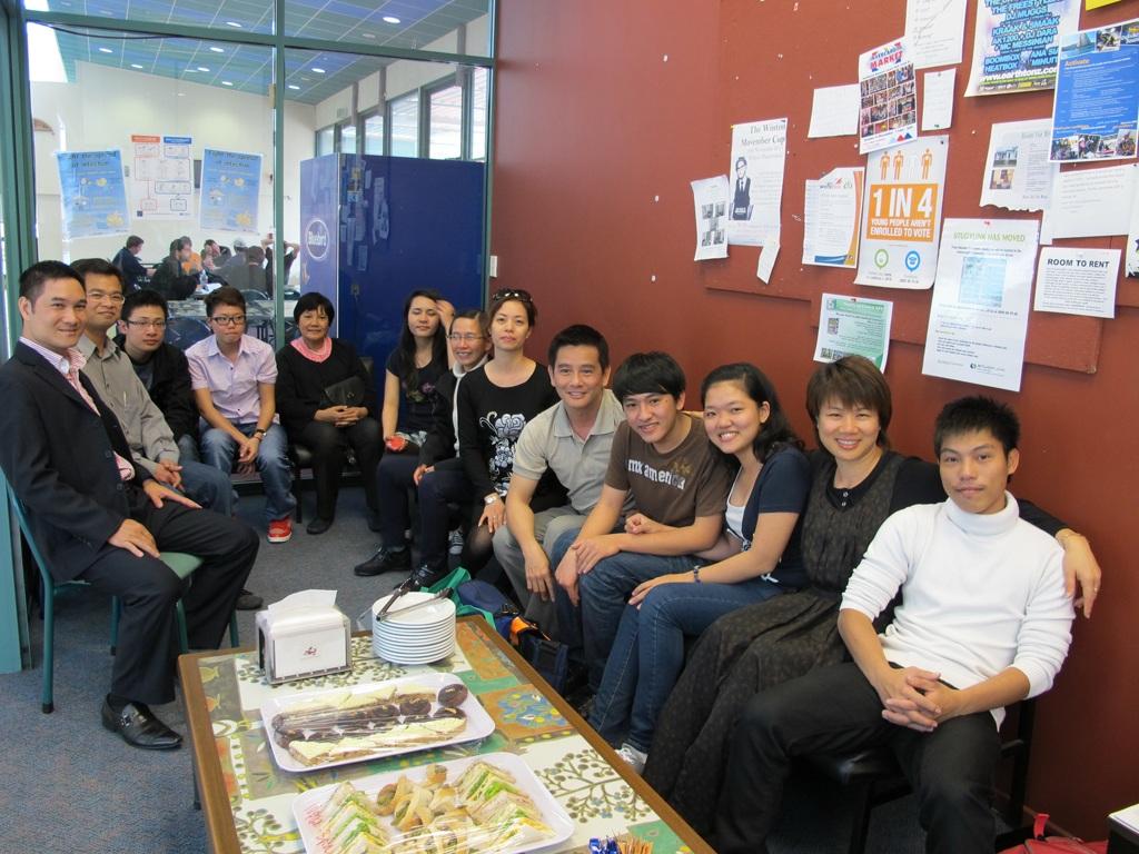 Bà Lù Thị Hồng Nhâm và các du học sinh SIT trong chuyến ghé thăm trường