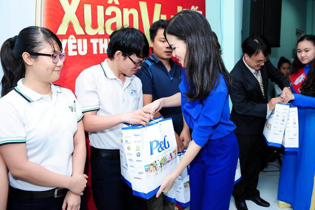 Cùng đại diện của chương trình trao quà cho công nhân