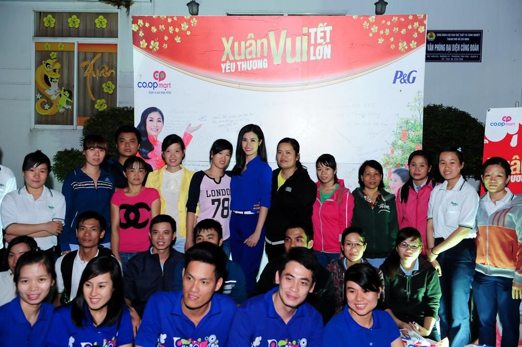 Nữ ca sĩ chụp hình cùng những bạn công nhân trẻ có hoàn cảnh