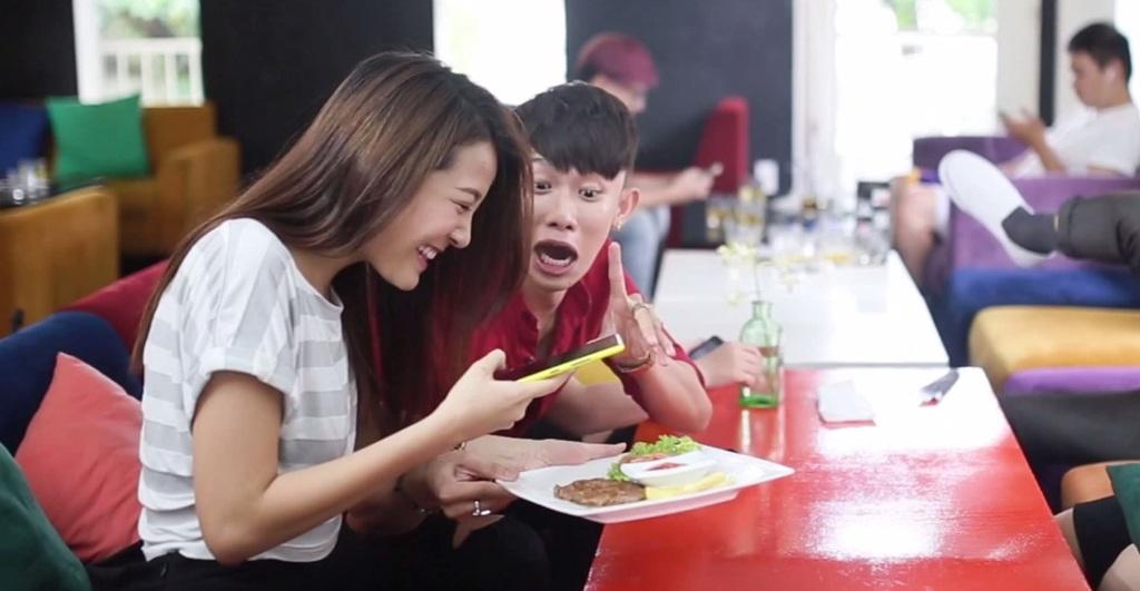 """Ăn gì cũng phải chụp ảnh để """"cúng Facebook"""" trước đến khi đồ ăn nguội ngắt ngơ còn chưa đụng đũa."""
