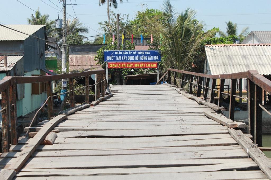 Cầu Bình Định nối liền hai xã Mỹ Xương và Mỹ Hội (Cao Lãnh, Đồng Tháp).
