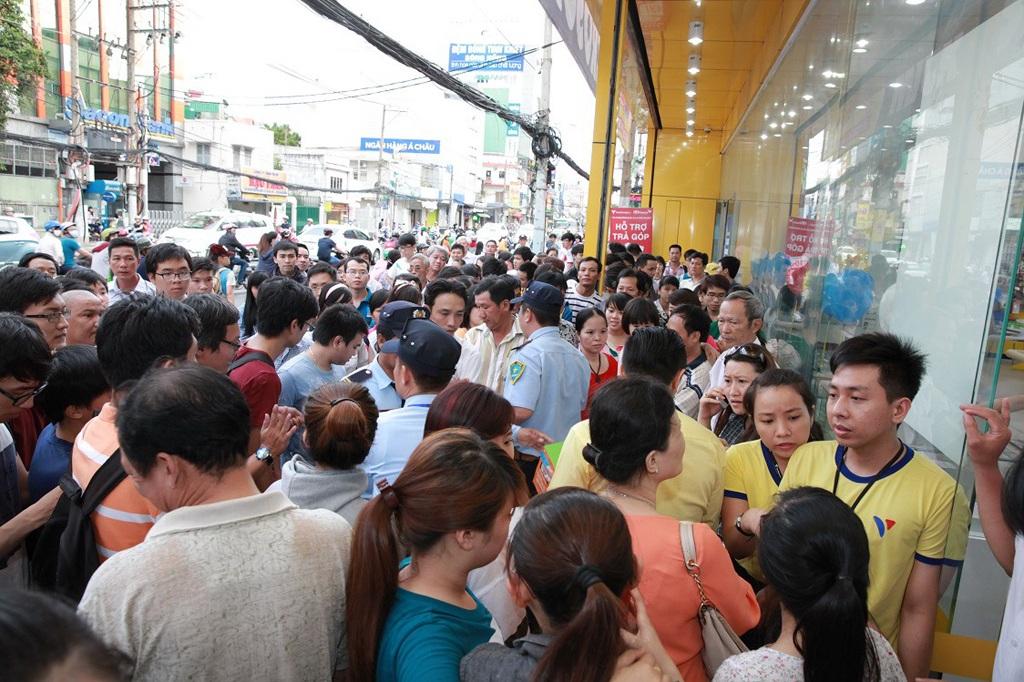 Rất đông khách hàng tập trung tại cửa hàng Viễn Thông A