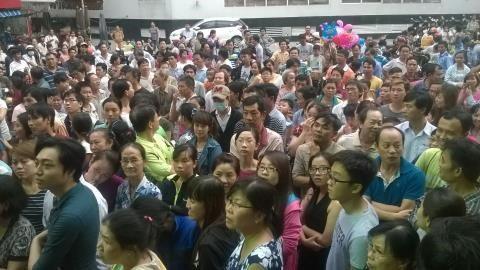 Hàng trăm người hồi hộp chờ đợi kết quả bóc thăm