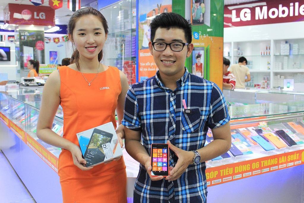 Một trong những khách hàng may mắn mua được Lumia 540 giá sốc tại cửa hàng Nguyễn Kim