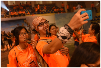 Các thí sinh đã vượt qua nỗi sợ côn trùng và còn selfie YOLO thoải mái