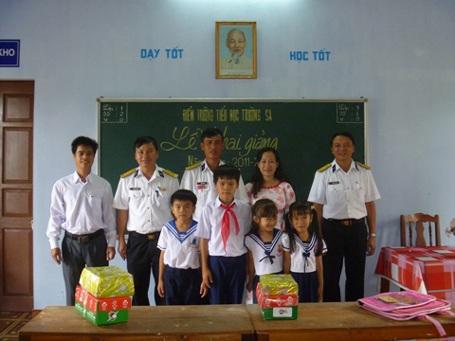 Xúc động lễ khai giảng đặc biệt ở Trường Sa - 1